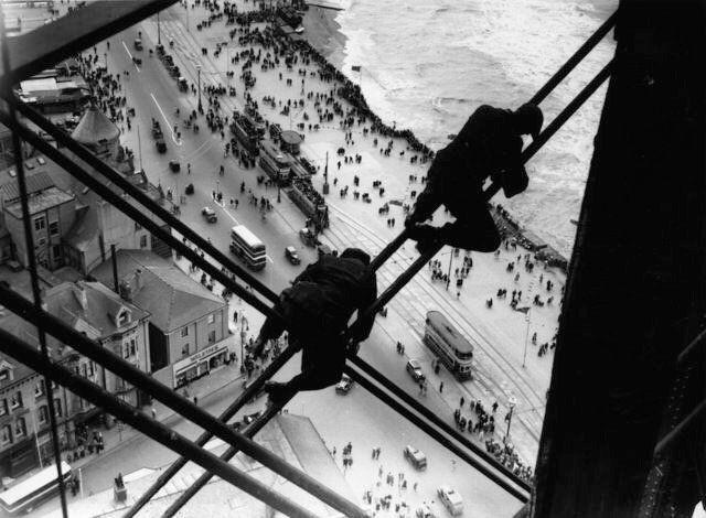Un trabajo con vistas: operarios reparando la Blackpool Tower, Lancashire, Inglaterra, 1934