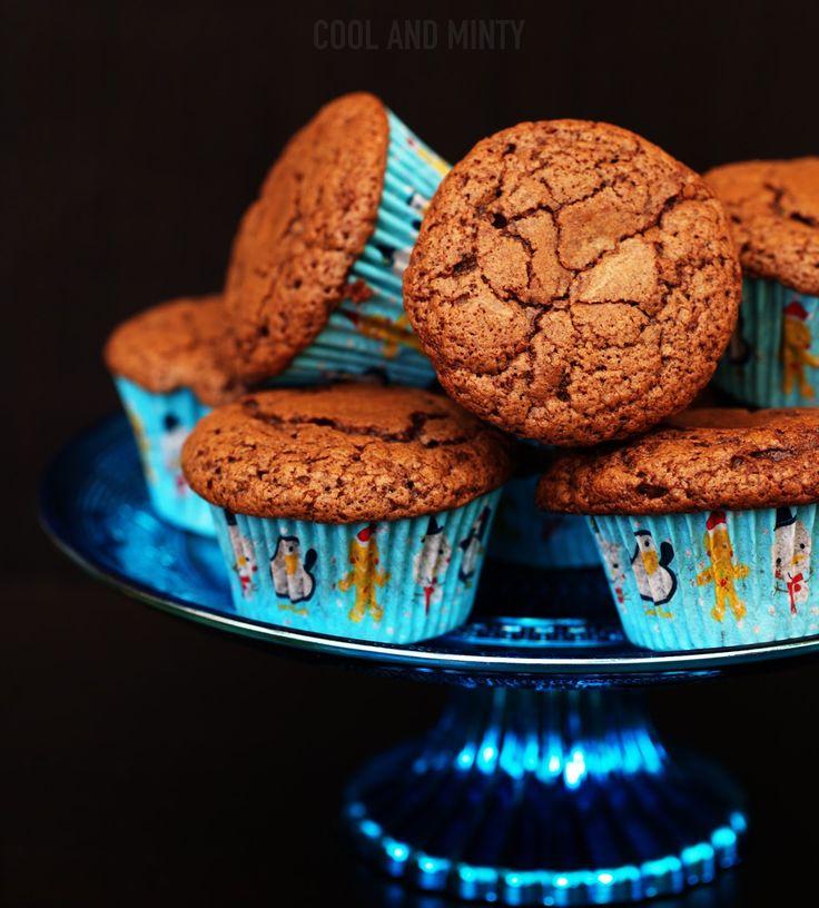 Mięciutkie i lekkie jak piórko muffinki czekoladowe. Bardzo delikatne, puszyste i długo utrzymujące świeżość. Z dużą ilością gorzkiej c...