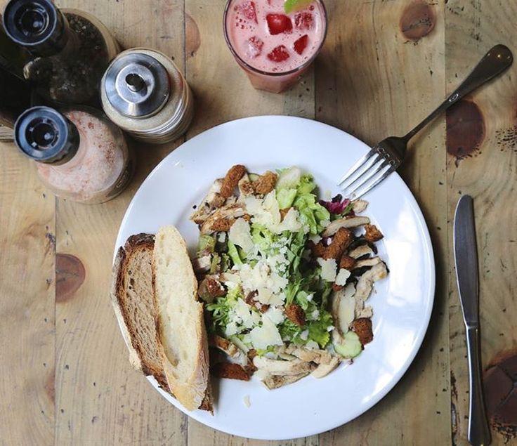 Salada Caesar com frango grelhado, croutons integral, Parmesão e molho caesar + Suco da Estação com melancia, gengibre e limão!  #lepainquotidien #lpqbr #lpq #caesar #salada