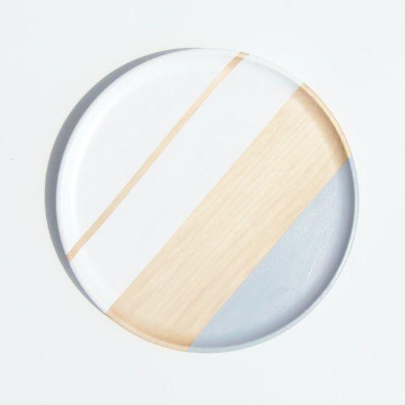 Plato de madera gris y blanco