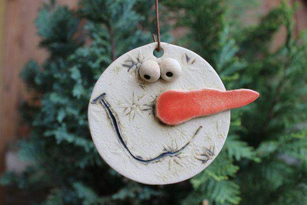 Schneemannkopf zum Aufhängen für drinnen und draußen. Durchmesser: 7 cm Material: Keramik in liebevoller Handarbeit hergestellt. frostfest