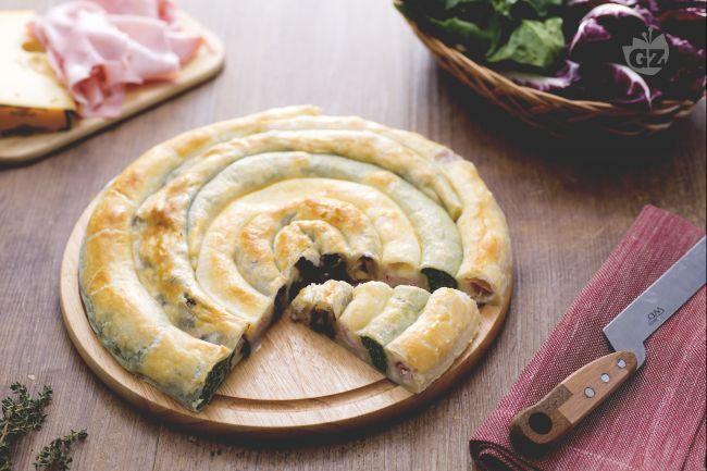 La girella di sfoglia ripiena è un antipasto, in cui spinaci, radicchio, formaggi e prosciutto sono avvolti in una sfoglia dandole color tricolore
