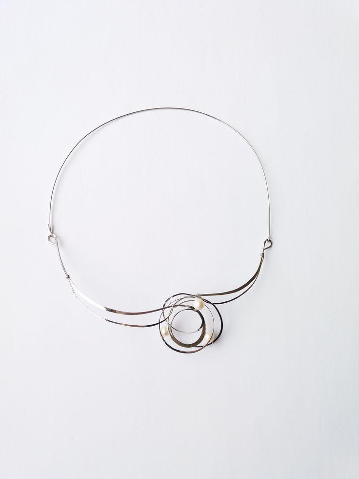 """Náhrdelník+H40""""V+mléčné+dráze""""+bílé+perly+exkluziv+Autorský+šperk.+Originál,+který+existuje+pouze+vjednom+jediném+exempláři.Vyniká+svou+lehkostí,+kouzelným+prostorovým+tvarem,+nadčasovým+výrazem+a+jemnou+elegancí.+Prostorové+asymetrické+natvarování+dodává+šperku+nevšední+glanc,+z+každého+úhlu+pohledu+vypadá+malinko+jinak,+neustále+mění+svou+""""tvář""""...."""