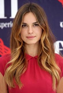 Ombre Hair anche per i capelli di Kasia Smutniak, tecnica che consiste nel lasciare le radici più scure passando per gradazioni intermedie  lungo tutto il capello che vanno schiarendosi verso le punte.