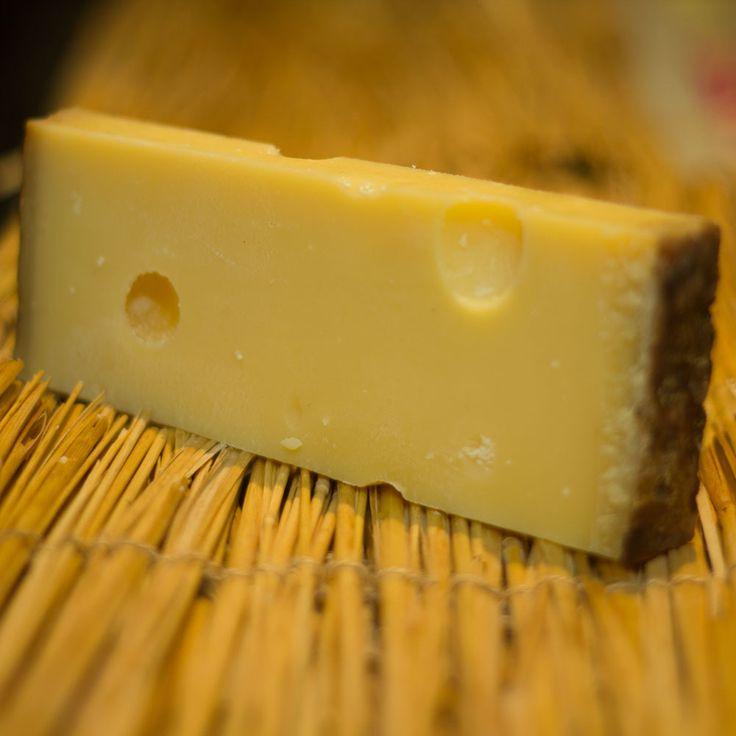 Gli amanti del caratteristico formaggio svizzero Emmental, saranno felici di sapere che è stato svelato il motivo per cui negli ultimi anni i famosi buchi