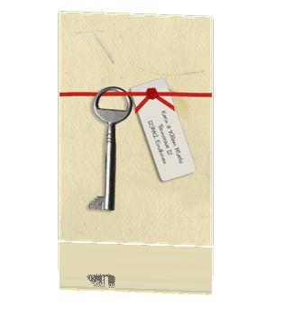 Leuke verhuiskaart met papier rood lint met sleutel #verhuiskaartje #verhuiskaart