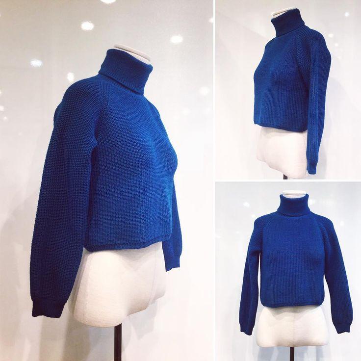 Короткий прямой свитер сегодня - очень модная одежда, которая ни раз была замечена на модных показах. 💃🏻✨Даже общепризнанная икона стиля Виктория Бэкхем, как оказалось, любит джемперы и неоднократно попадала в объективы фотографов в таком модном коротком свитере. 📸🌟У нас в наличии есть свитер от #ViKiS из натуральной шерсти, который прекрасно смотрится с брюками, джинсами или юбкой и стоит сейчас 5898₽ Также, можем заказать по вашим меркам в любом цвете! #russian #russianlooklm…