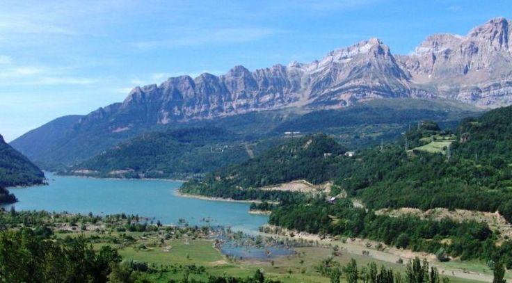En la población de Hoz de Jaca en el pirineo Aragonés, a 1270 metros se encuentra la salida de la tirolina más larga de Europa. 950 Metros de Tirolina que atraviesan el Pantano de Bubál a unos 120…