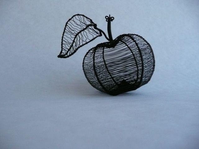 Jablko - 10 x 8 centimetrov.