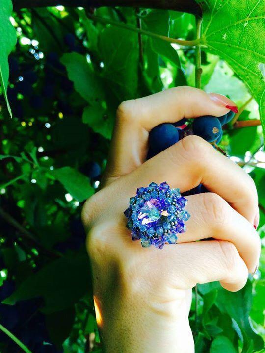 Marie, s-au copt strugurii in vie, Umple-ti mana cu o bucurie, Si gusta un bob de iubire!  http://www.opusone.ro/inele-cristale-swarovski/Inel-Cristale-Spring-Flower-307.html