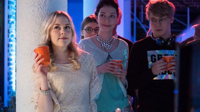 Iris, Anni ja Roni kuuntelevat puhetta.