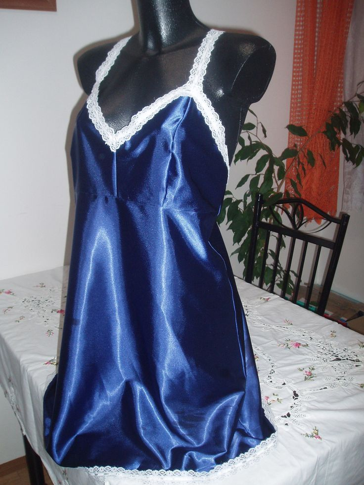romantická modrá noční košilka KRAJKOVÁ POTĚŠENÍ půlnoční modrá noční  košilka polyester ,chladivý materiál- elastický,krajka polyester.Luxusní bílá krajka . objednávka