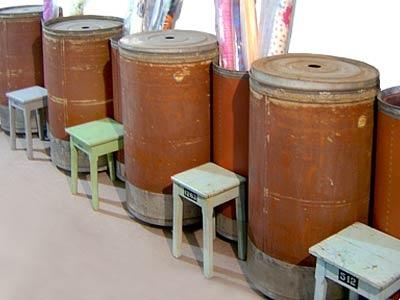 TAMBORES OLODUM MÉDIO e GRANDE - Tambores de armazenagem de fio de algodão usados na fiação e tecelagem (na foto com bancos Tutti Frutti).