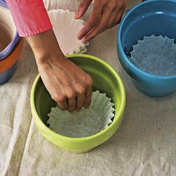 Potted plant coffee filters: to prevent soil from falling through the drainage hole of your ceramic pots, place a coffee filter at the bottom.