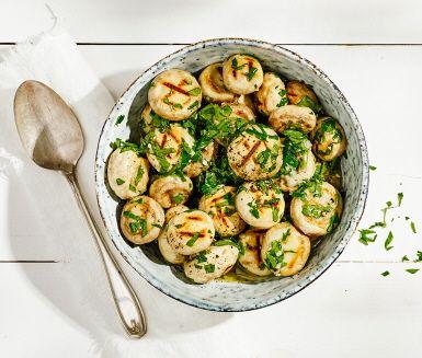 Grilla dina champinjoner så de får en vacker yta och lägg sen ner den varma svampen i en dressing av vitlök, persilja och olja. Smakar ljuvligt som tillbehör både till vegetariskt, kött, kyckling och fisk. Mums!
