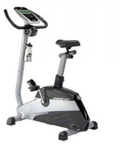 Cyclette Focus 308  Cod. cyf308 - Marca: Horizon  Cyclette horizon , ergometro per attività di cardio fitness, realizzata su telaio in acciaio a sezione mista ovale/circolare, interamente verniciato grigio antisudore. La particolare forma del telaio ha lo scopo di agevolare la salita anche a chi ha problemi di flessibilità articolo-muscolare. Dotata di volano da 8.5 kg  Prezzo:  € 559,00  IVA inclusa