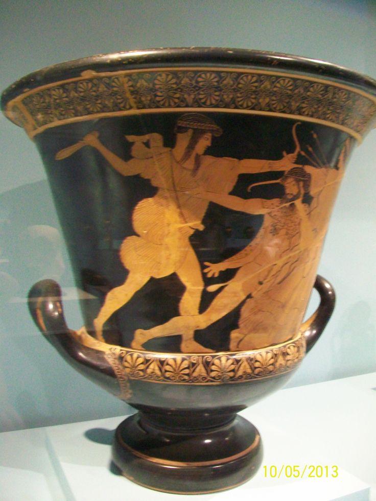 Se muestra a Apolo, Dios de la música, poesía, artes, luz y adivinación matando a el gigante Ticio