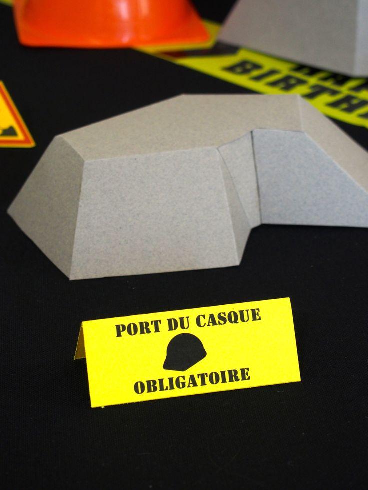 Réalisation d'un rocher en pliage papier pour un anniversaire sur le thème des chantiers. #construction #truckparty #brique #chantier # casque #party #anniversaire #rosecaramelle #birthday #grue #bulldozer #construction #origami #papercut #fete #paperrock #papercraft www.rosecaramelle.fr