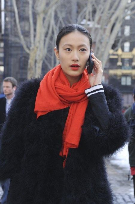 Street Style Fashion Week : une écharpe corail