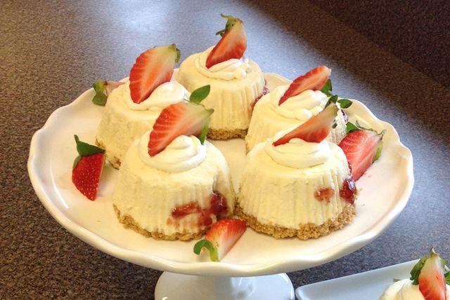 Ces mini-gâteaux au fromage congelés font un excellent dessert à offrir lors des chaudes journées d'été où l'on ne veut pas à utiliser le four. Froids, crémeux et décadents, ces mini-gâteaux plairont aux petits comme aux grands.