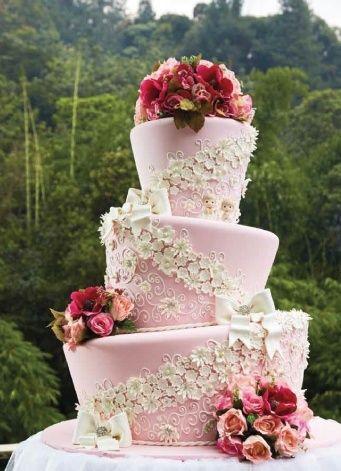Bunga mempunyai kekuatan untuk menjadikan sesuatu terlihat indah dan manis, termasuk kue pengantin