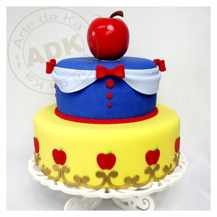 Snow White cake....time to start planning another Snow White Birthday Party!