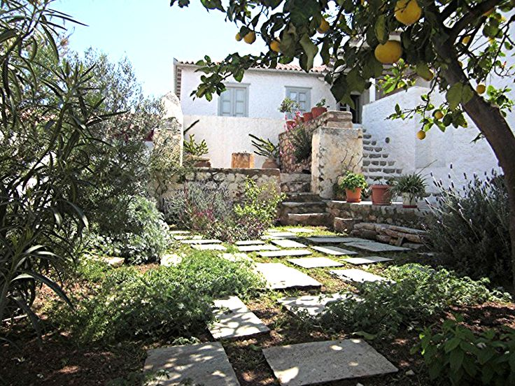 Siran House to rent in Hydra Island Greece is a large private holiday home to let which sleeps up to 11 people. Close to local shops, 10 mins from the beach.