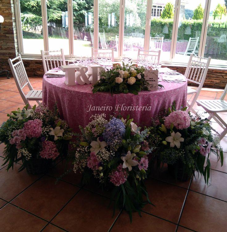 Decoración de mesa presidencial en banquete de boda. Cestos repletos de flor en tonos rosas y lilas. Un ambiente de boda perfecto. #weddingflowers #banquetedeboda #decoraciónbanquete #bodaslugo   #bodasgalicia