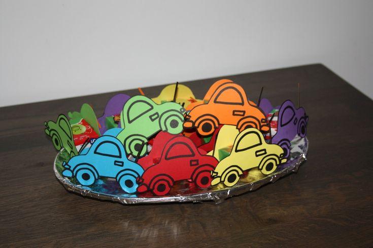 Traktatie auto's met rozijntjes. Best aardig voor een eerste jongenstraktatie!