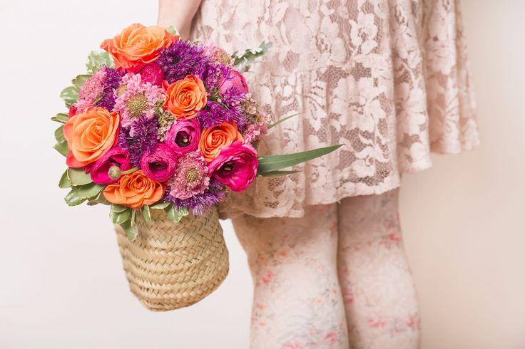 Ramo de novia con flor natural e colores vivos, rosas, naranjas y toque de violeta  #Ramo #novia#flor #natural #colores #vivos#rosas#naranjas#violeta