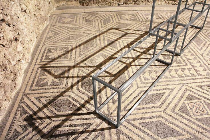 Primo piano, 2013 Acciaio e acciaio inox 92 × 28 × 240/300 cm  Installazione alla Casa Romana, Spoleto