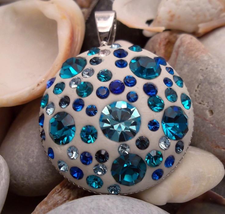 Tyrkysový na krk Přívěsek z komponentu v barvě stříbro, bílá polymerová hmota doplněná tyrkysovými a modrými šatony Swarovski a Preciosa. Velikost přívěsku je 2,5 cm.