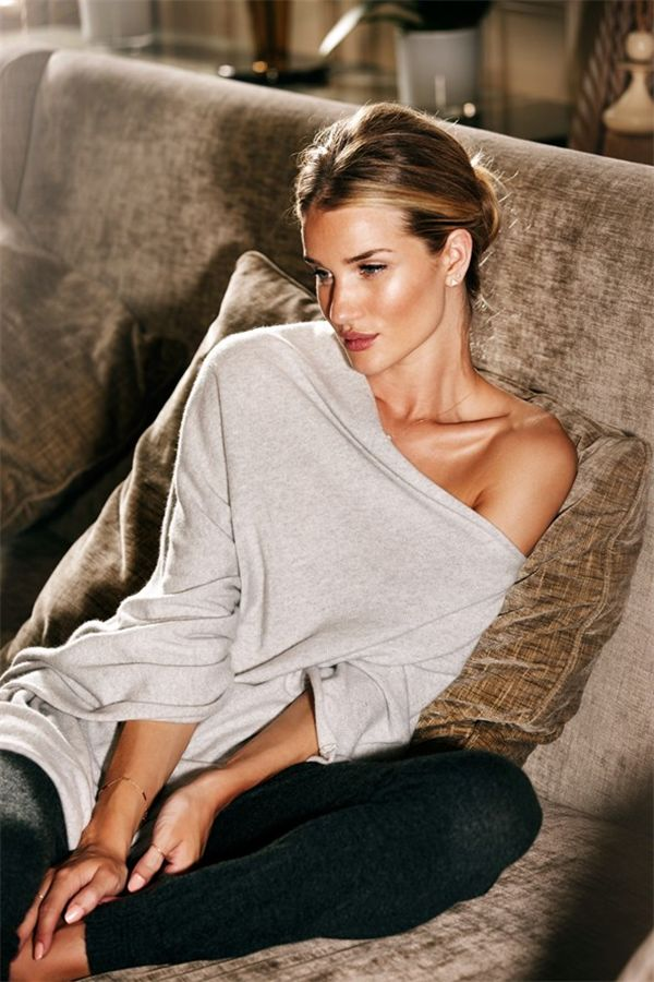 ROSIE HUNTINGTON-WHITELEY's bombshell looks have earned her some of fashion's most lucrative jobs, from Victoria's Secret shows to Burberry campaigns, but she still can't quite get her round being described as sex symbol. Looks Chic, Looks Style, Style Me, Chill Style, Mode Lookbook, Fashion Lookbook, Rosie Huntington Whiteley, Christmas Morning Outfit, Model Victoria