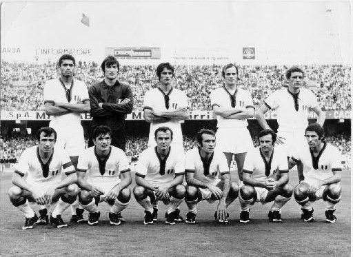 Gigi Riva, con gli eroi dello scudetto (Sant'Elia 1970)