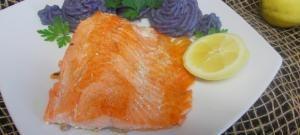 Rețeta zilei: Păstrăv somonat cu piure de cartofi violet