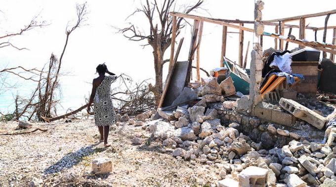 Vaticano envía 100 mil dólares para ayudar a víctimas del huracán en Haití 14/10/2016 - 05:05 am .- El Papa Francisco, a través del Pontificio Consejo Cor Unum, ha enviado una primera ayuda de 100 mil dólares al pueblo haitiano golpeado duramente en las últimas semanas por el huracán Matthew.