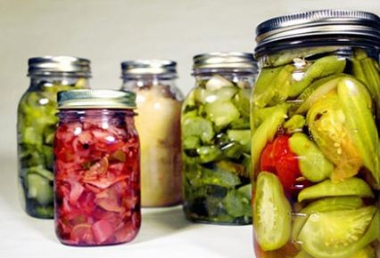 ¿Cómo podemos elaborar conservas caseras? En este post os damos las claves de cómo hacer conservas dulces y saladas en casa.