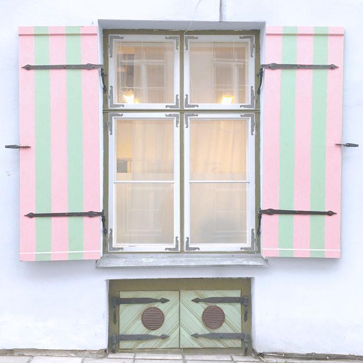 Cute windows in Tallinn - Estonia | Janelas fofas em Tallinn - Estonia