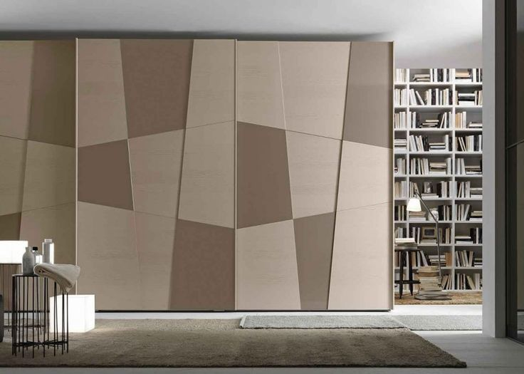 Les motifs graphiques qui ornent les portes coulissantes de ce dressing s'intègrent correspondent parfaitement à la décoration de la chambre. En bois, pour le côté naturel, mais dessiné avec soin pour le côté moderne et unique