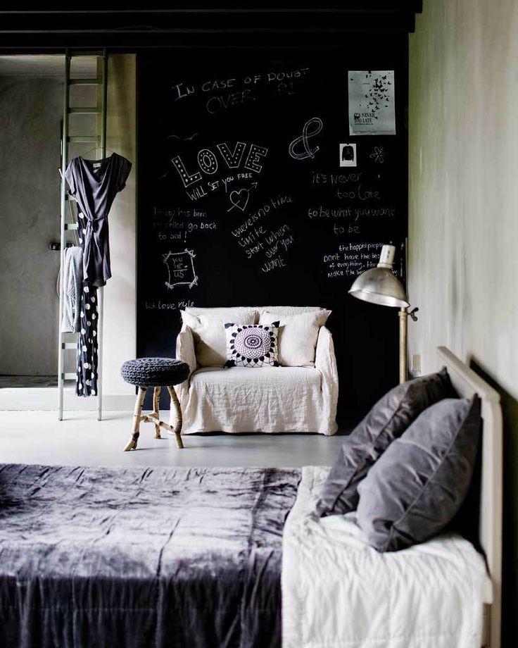 Loveseat in slaapkamer - vtwonen #loveseat #bedroom #black #white #interior styling @Cleo Brekelmans Scheulderman