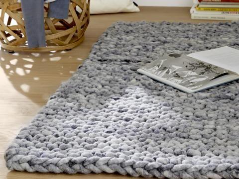 die besten 25 gestrickter teppich ideen auf pinterest strickteppich t shirt weberei und webstuhl. Black Bedroom Furniture Sets. Home Design Ideas