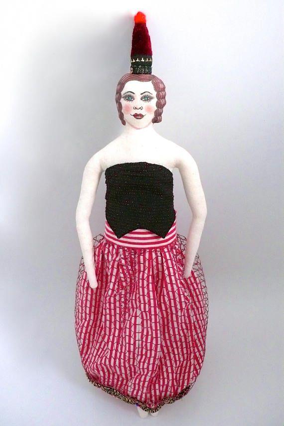 Poupée peinte : Circus Doll Madame au cirque, Poupée en tissus anciens et vintages, upcycled fabric-Un Radis m'a dit - page facebook : https://www.facebook.com/clairefabrications/