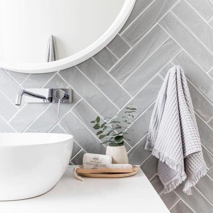 graue Fischgrätfliesen, klassisches Badezimmerdesign