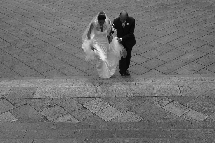 Bride and her father arrive at Ravello's Duomo