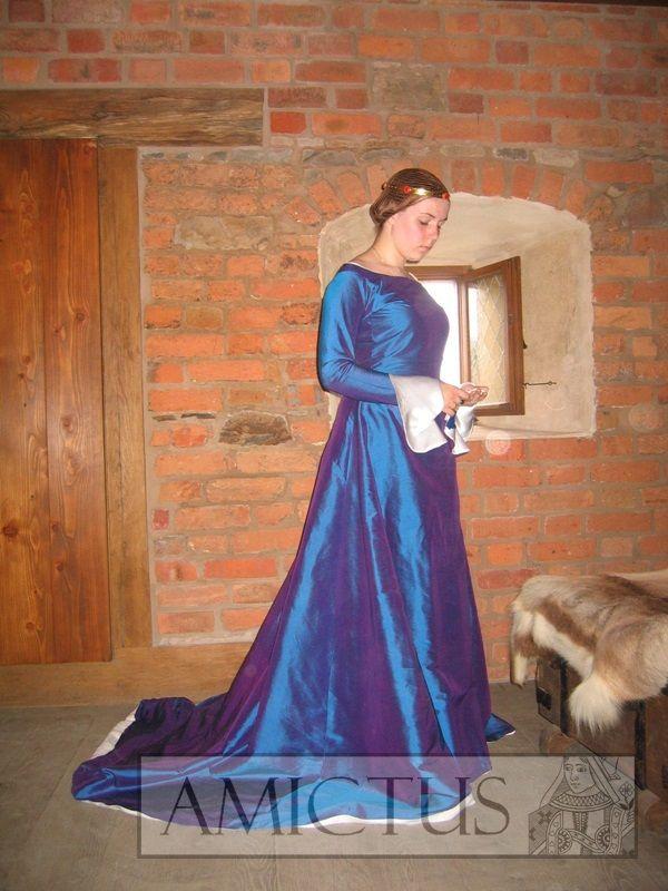 Jedwabna suknia damska wykonana w oparciu o przedstawienia z końca XIV i pierwszej połowy XVw. www.amictus.pl
