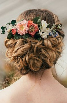 Blumenkranz für die Hochzeit in die Haare. Tolle Alternative für den Haarschmuck und perfekt für eine Sommer-Frühlingshochzeit.