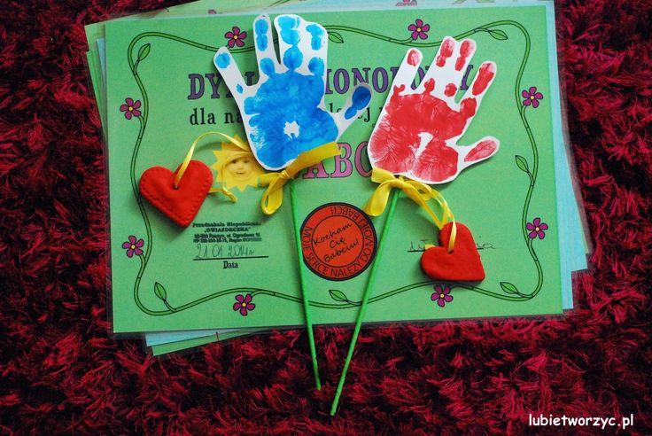 Kwiat z dłoni - prezent z okazji Dnia Babci i Dziadka :) (3) #lubietworzyc #DIY #handmade #howto #preschool #kindergarten #instruction #instrukcja #jakzrobic #krokpokroku #przedszkole #dekoracje #decorations #babcia #dziadek #grandmother #grandfather #dlon #odciskidloni #serce #sercezmasysolnej #masasolna #dyplomdziadka #dyplombabci #dyplom #kidscraft #hand #handstamps #heart #saltdough #heartsaltdough #diploma