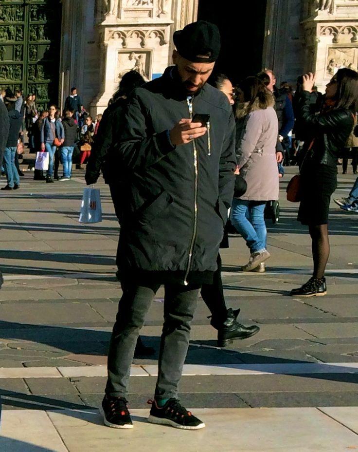 SPORTIVO MA AVANT-GARDE \ Sin dagli anni Ottanta, quando è esploso, lo sportwear ha stretto con lo streetstyle un'alleanza che non sembra conoscere crisi. Nei contesti urbani, l'ondata sporty trova il suo habitat prediletto e, coniugando praticità ed estetica, dà vita a look al limite tra spirito tecnico e aspirazioni avant-garde: baseball cap, bomber oversize, pantaloni slim-fitting e calzature peso piuma per un fashion runner metropolitano che desidera stare al passo con le mode.
