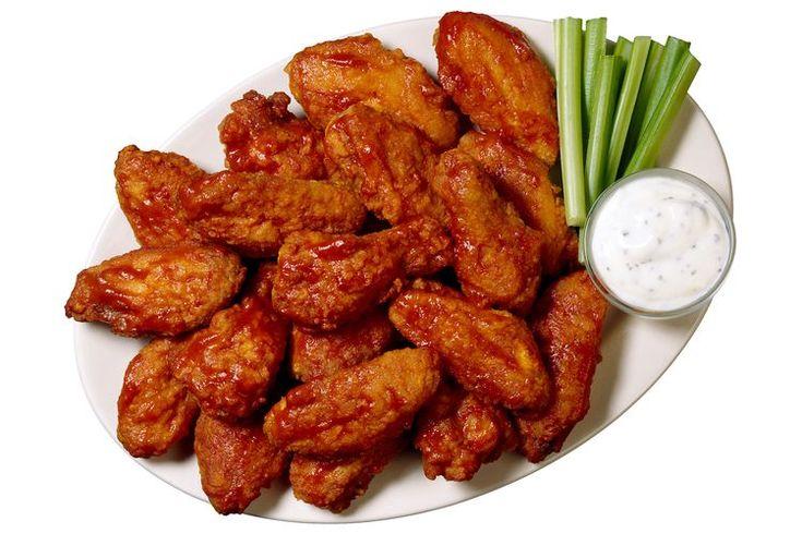 ¿Puedes hornear las alitas de pollo en vez de hacerlas a la parrilla?. Asar es un método de cocción poco usada en las cocinas de Estados Unidos, sin embargo, es una forma rápida, relativamente saludable de cocinar la carne, incluyendo las alas de pollo. Con un asador el calor proviene desde arriba ...
