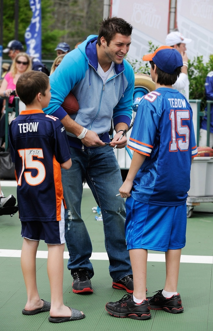 Tebow and kids in Tebow jerseys